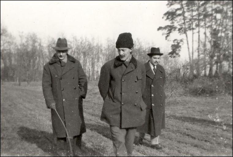 Kuncz Aladár, Kós Károly és gróf Teleki Ádám Olosz Lajos kertjében - a felvétel valamikor az 1920-as évek végén készülhetett (Forrás: fototanu.blogspot.ro)