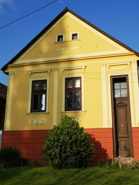 Ahol az elődök megváltoztatták egy-egy ház küllemét, a mai tulajdonosok azt visszaigazították az eredeti formákhoz
