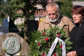 Koszorúzás Hollóssy Simon sírjánál (Fotó: http://www.nagybanya-tajkepfesto-telep.ro)