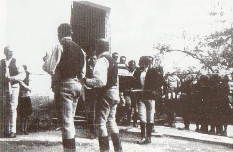 Kortársak viszik az író koporsóját (Archív felvétel)