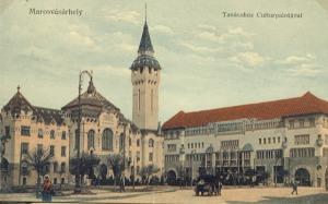 A marosvásárhelyi Tanácsház a Kultúrpalotával - képeslap a múlt század elejéről