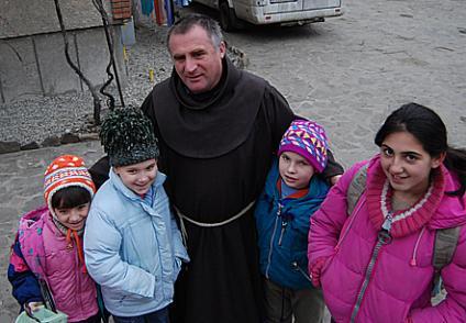 Böjte Csaba ferences szerzetes néhány neveltjével