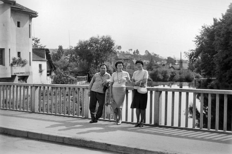 Székelyudvarhely - a Nagyküküllő hídján áthaladó Tamási Áron út (Forrás: Fortepan, 1963)