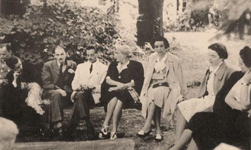 Az 1942-es találkozón - balról jobbra: Asztalos István, Szabédi László, Wass Albert, Bornemissza Elemérné Szilvássy Karola, Kemény Gizella, Kemény Berenice, Kemény Jánosné