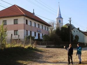 Archív felvétel Homoródszentmártonból - háttérben az unitárius templom és a Dávid Ferenc Ifjúsági Központ