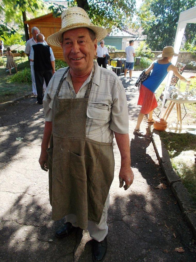 ... Páll Ágoston, a fazekasmester (Simó Márton felvétele)