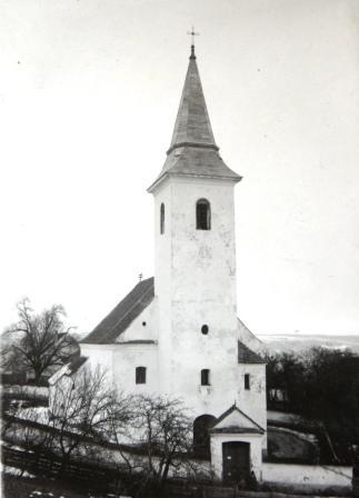 A templom a plébánia kertjéből