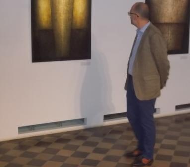 Egy elkésett tárlatlátogató, Kelemen Hunor, aki obejktív okokból csak a megnyitó végére érkezhetett meg (Simó Márton felvétele)