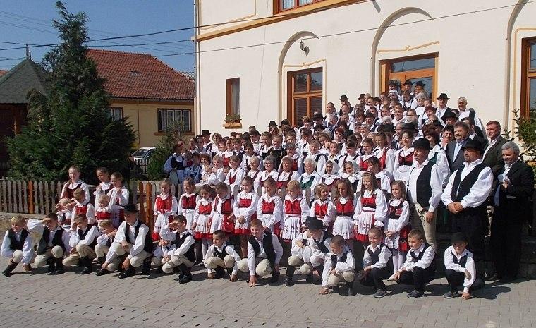 Közös csoportkép a népviseletbe öltözött résztvevőkkel