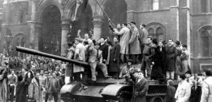 Forradalmárok a Parlament előtt